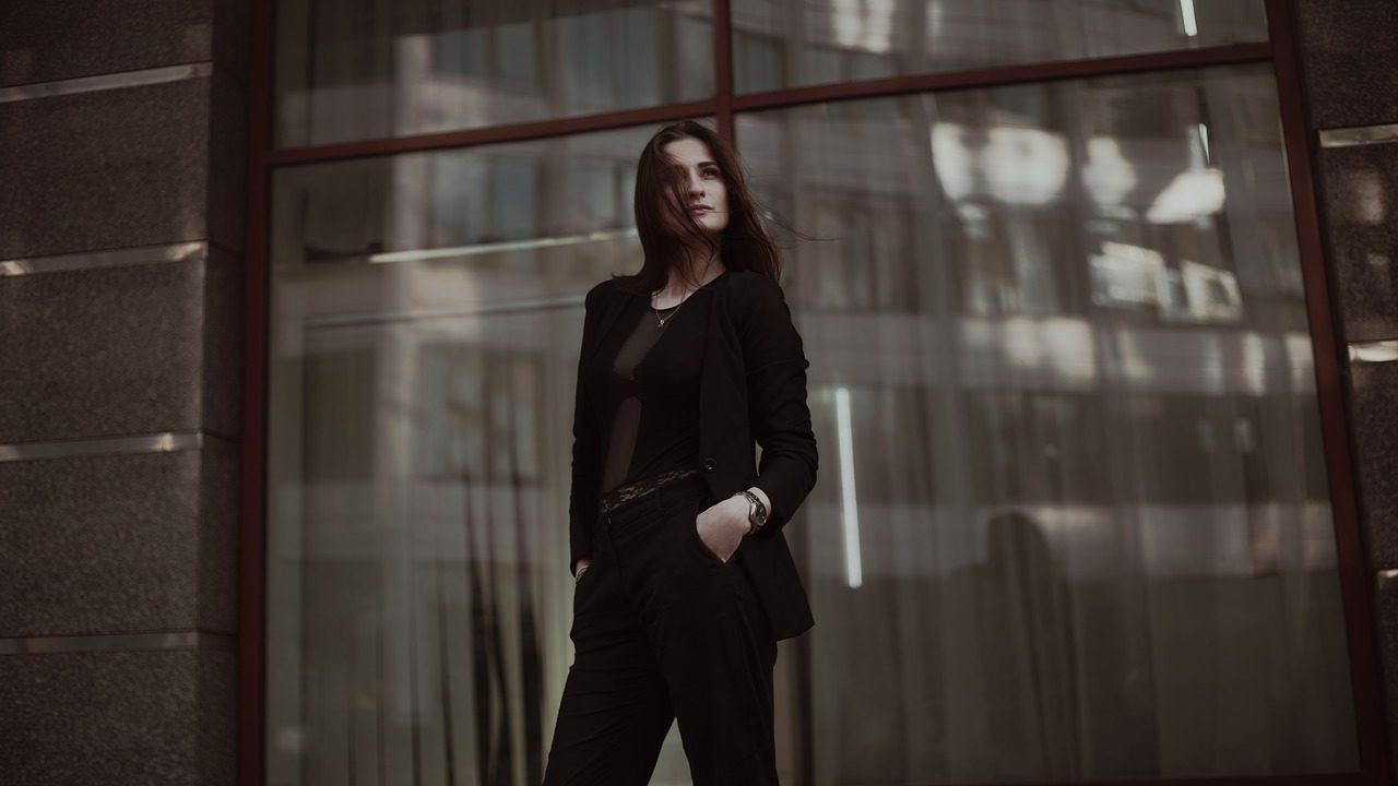 business-lady-1584655_1280-1280x720.jpg